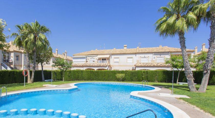 Бунгало с двориком в ЖК с бассейном рядом с Дворцом Спорта в Торревьехе! Всего 75.000€ Реф: 64-948 - бунгало в Torrevieja (Alicante)